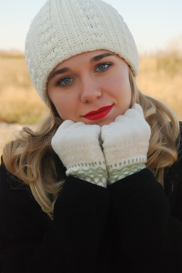 La muchacha en ropa del invierno imágenes de archivo libres de regalías