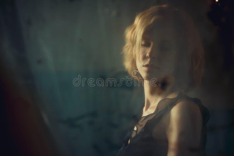 La muchacha en la sombra de triste imagenes de archivo