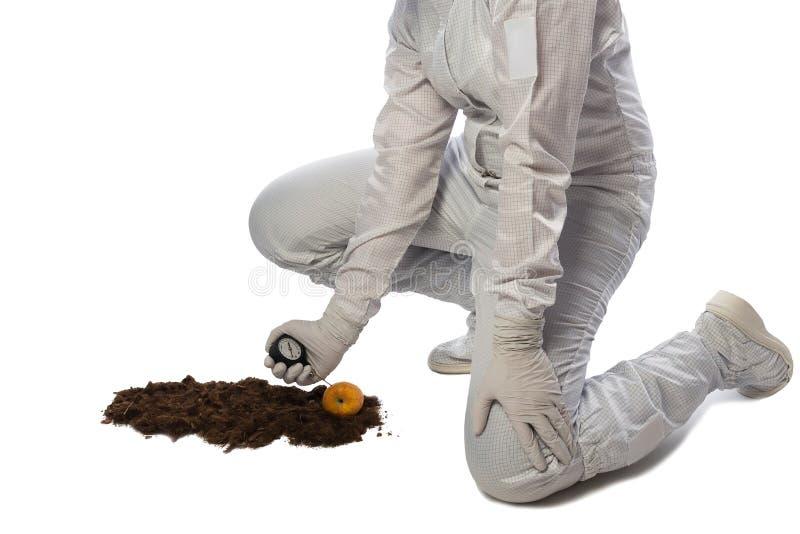 La muchacha en traje protector hace las medidas del suelo, aisladas en blanco fotos de archivo