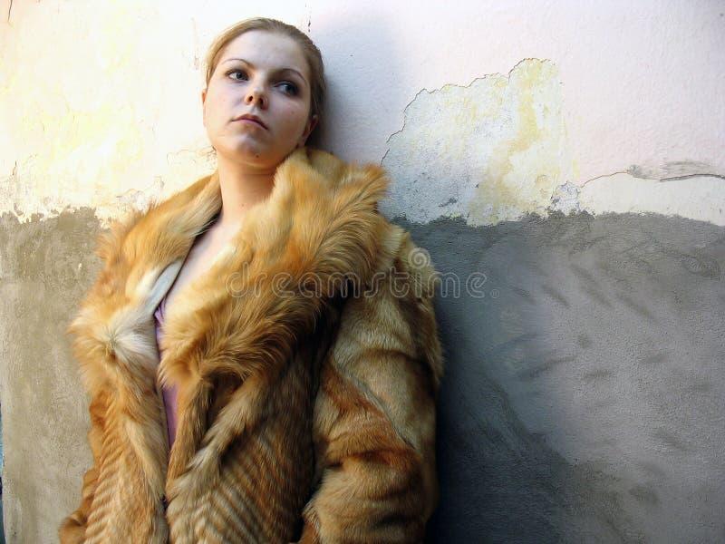 La muchacha en un abrigo de pieles fotos de archivo libres de regalías