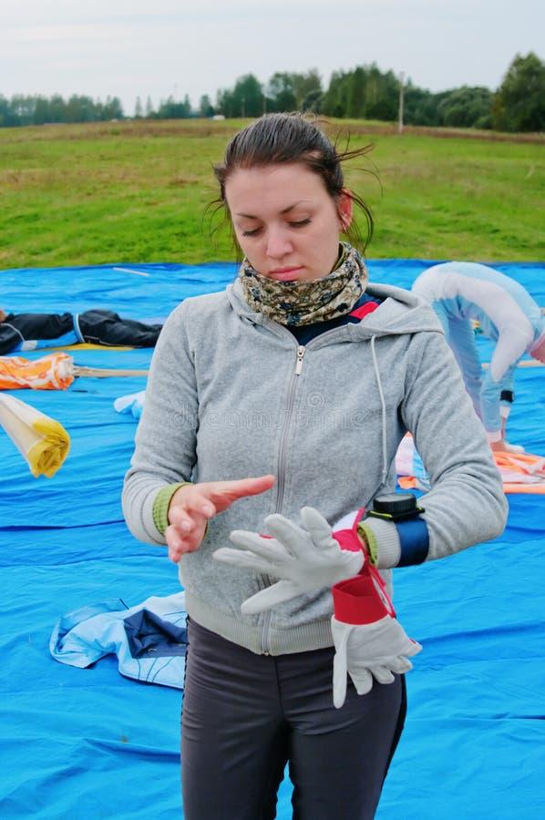 La muchacha en un suéter gris en aeródromo foto de archivo libre de regalías
