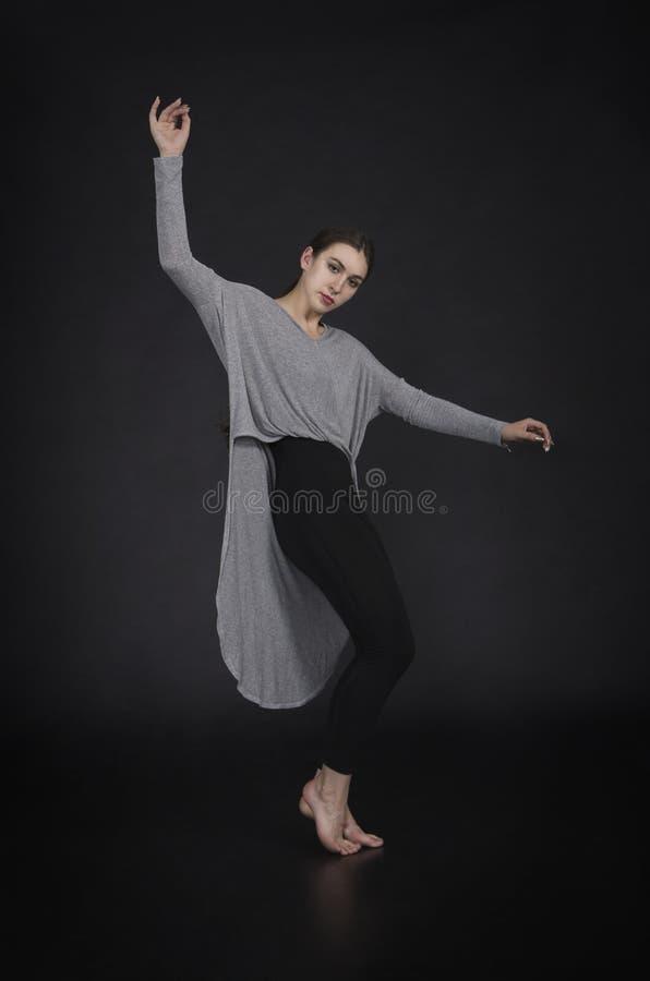 La muchacha en un vestido baila y coreografía moderna fotografía de archivo libre de regalías