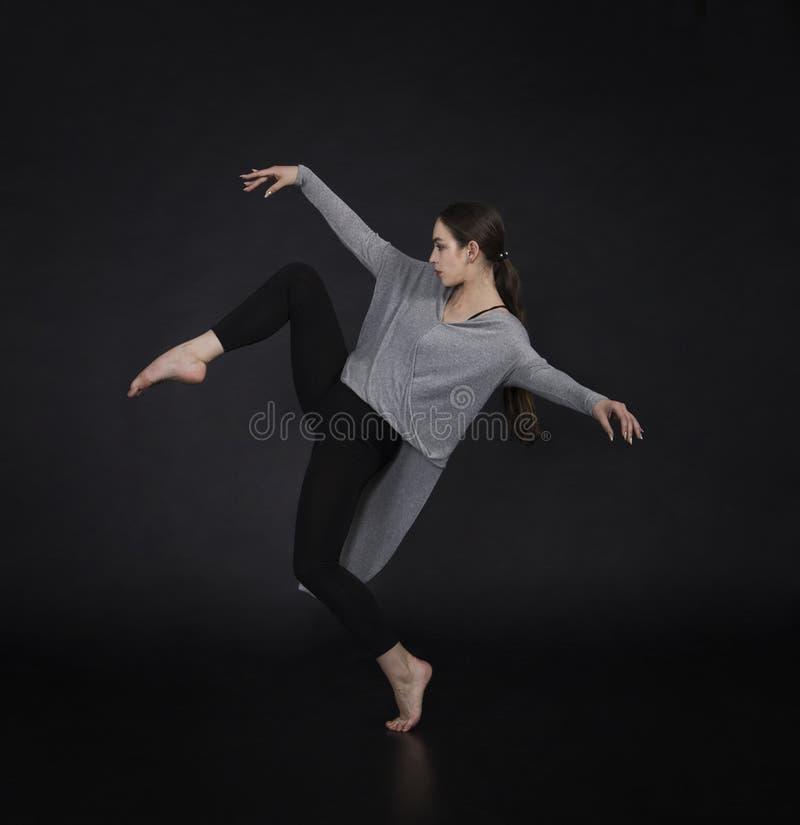 La muchacha en un vestido baila y coreografía moderna imagenes de archivo