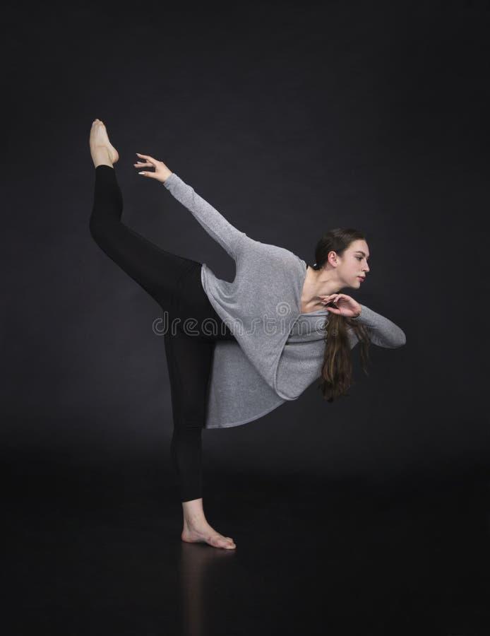 La muchacha en un vestido baila y coreografía moderna imagen de archivo