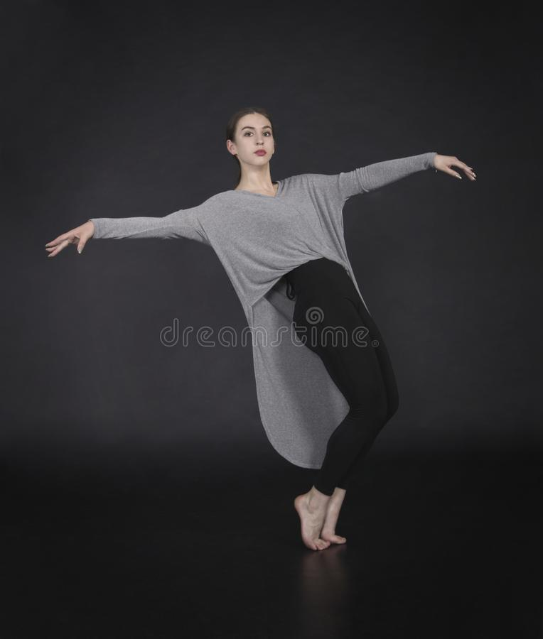 La muchacha en un vestido baila y coreografía moderna fotografía de archivo