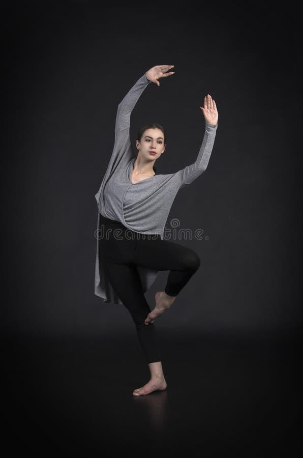 La muchacha en un vestido baila y coreografía moderna fotos de archivo