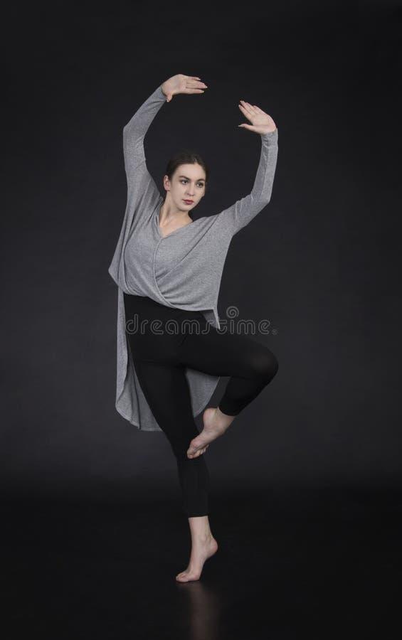 La muchacha en un vestido baila y coreografía moderna imágenes de archivo libres de regalías