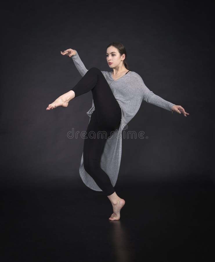 La muchacha en un vestido baila y coreografía moderna foto de archivo libre de regalías