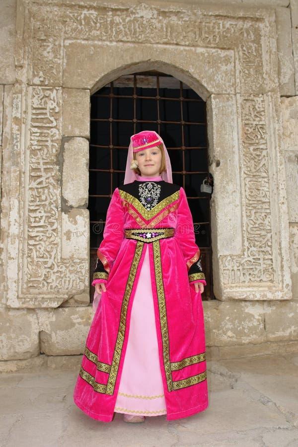 La muchacha en una alineada tártara roja foto de archivo libre de regalías