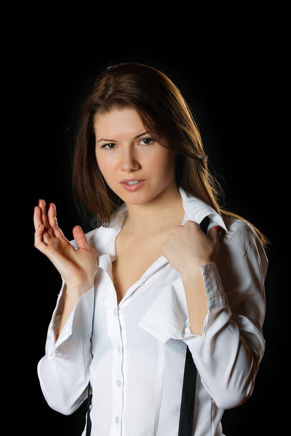 La muchacha en una camisa blanca y apoyos fotografía de archivo