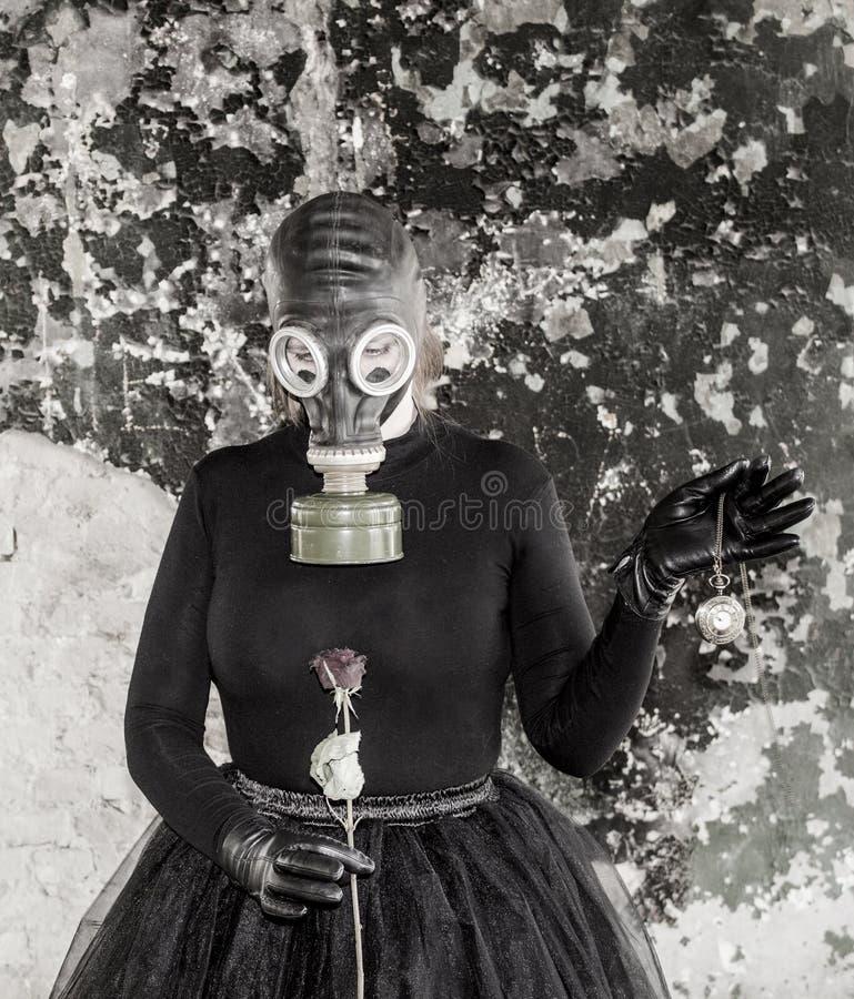 La muchacha en una careta antigás La amenaza de la ecología imágenes de archivo libres de regalías