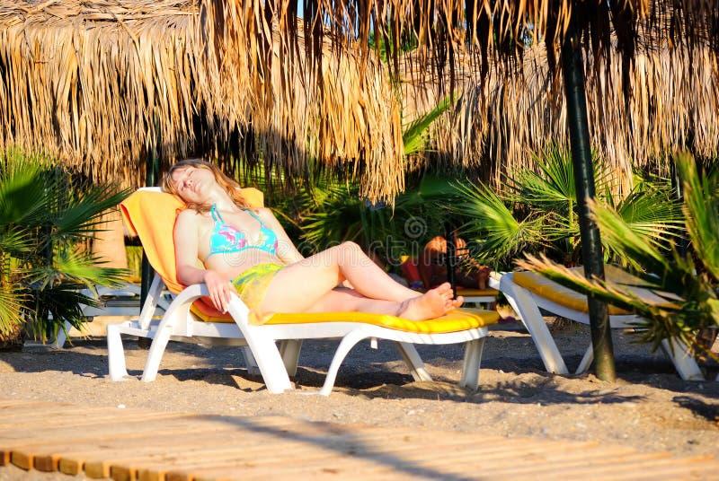 La muchacha en una playa imagen de archivo