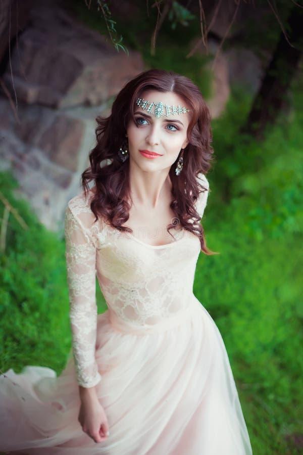 La muchacha en vestido en colores pastel transparente imágenes de archivo libres de regalías