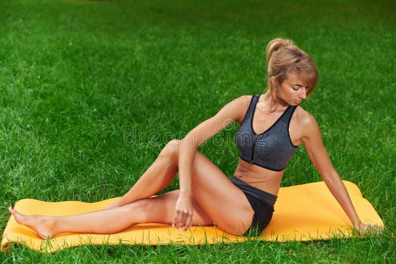 La muchacha enganchó en aptitud y gimnasia en el parque foto de archivo libre de regalías