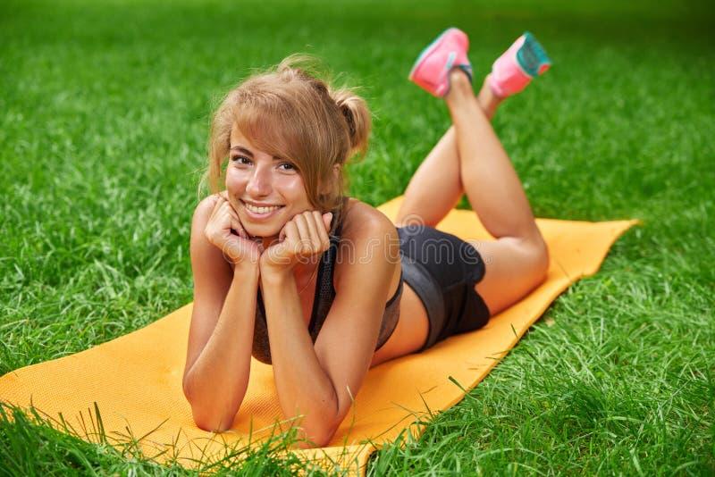 La muchacha enganchó en aptitud y gimnasia en el parque fotografía de archivo libre de regalías