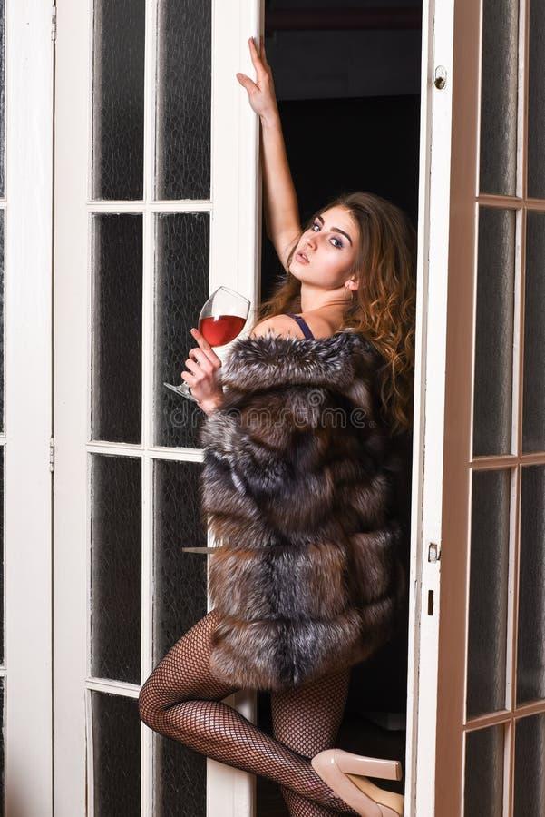 La muchacha entra en puertas del dormitorio Señora de la moda disfrutar de su seductiveness Aspecto atractivo de la mujer Desgast foto de archivo