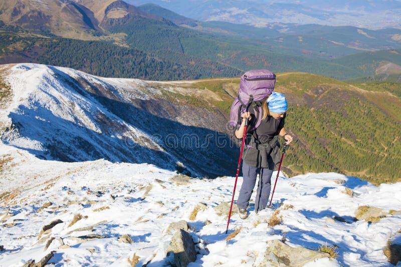 La muchacha es el caminar dedicado en las montañas imagen de archivo