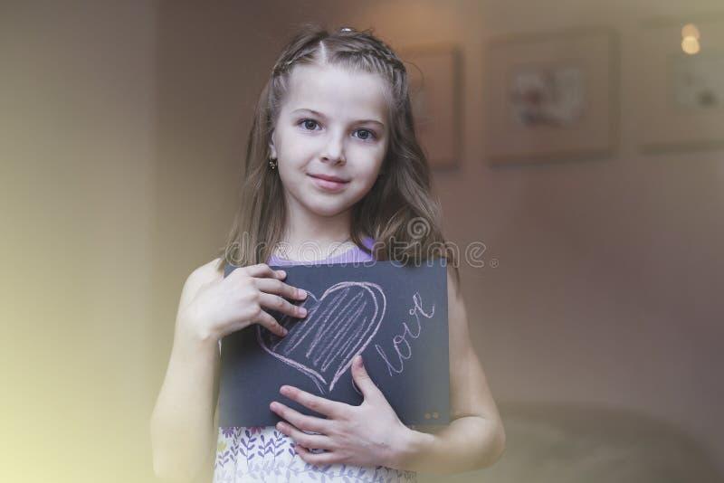 La muchacha es el niño del cartel fotografía de archivo libre de regalías