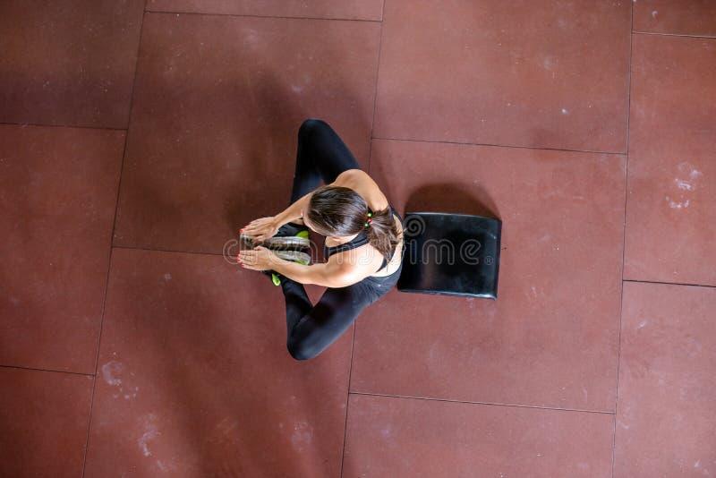 La muchacha es relajante después de entrenar imagen de archivo