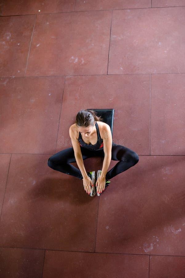 La muchacha es relajante después de entrenar, visión superior imágenes de archivo libres de regalías