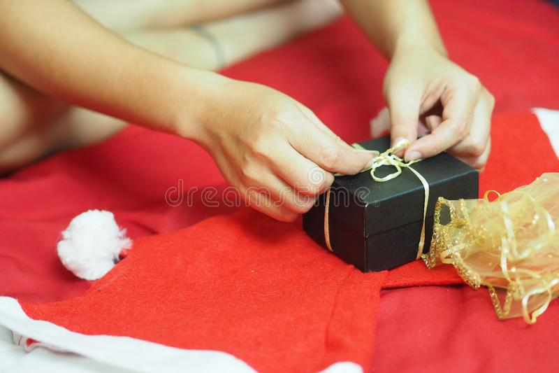 La muchacha está abriendo los regalos el día de la Navidad fotos de archivo libres de regalías