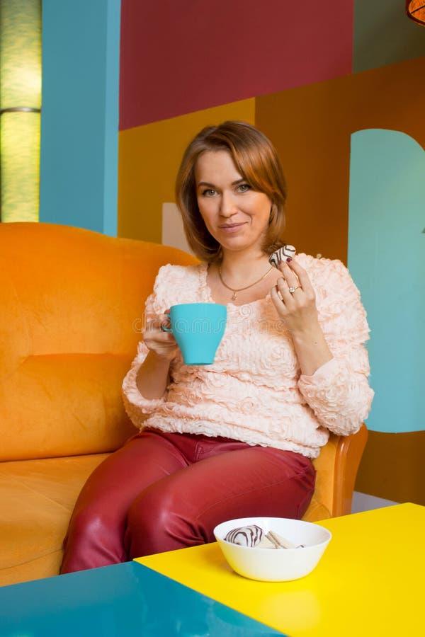 La muchacha está bebiendo té fotos de archivo