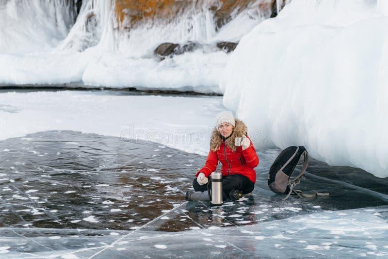 La muchacha está bebiendo té en el hielo foto de archivo libre de regalías