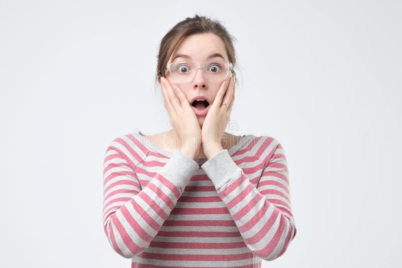 La muchacha está en el choque, olvidando conseguir lista con su preparación fotos de archivo