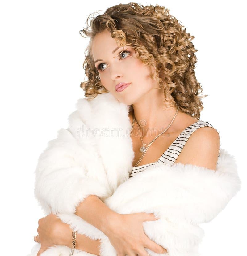 La muchacha está en un abrigo de pieles foto de archivo libre de regalías