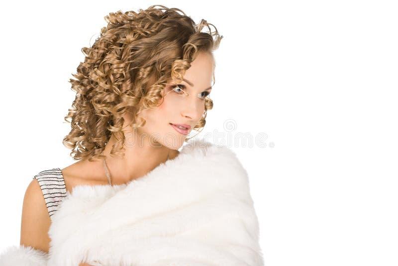 La muchacha está en un abrigo de pieles fotografía de archivo