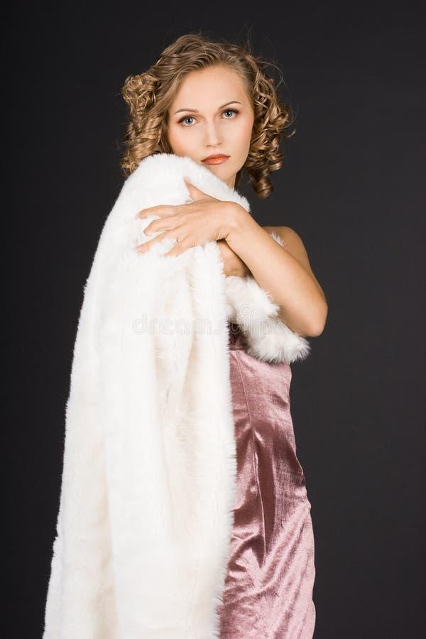 La muchacha está en un abrigo de pieles fotos de archivo