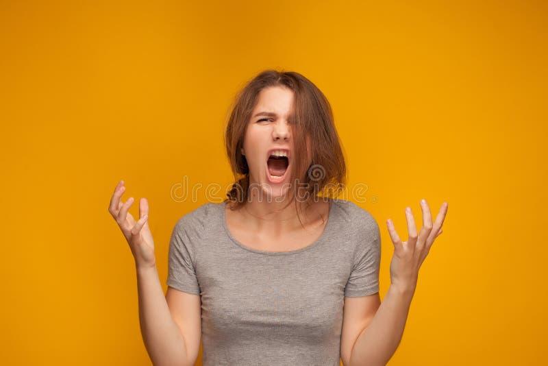 La muchacha está gritando ruidosamente imagenes de archivo