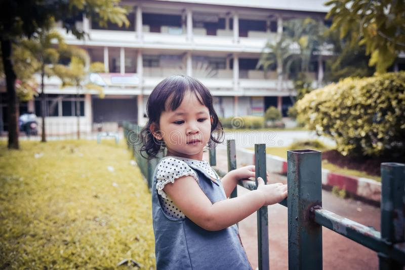 La muchacha está jugando en el jardín imagen de archivo