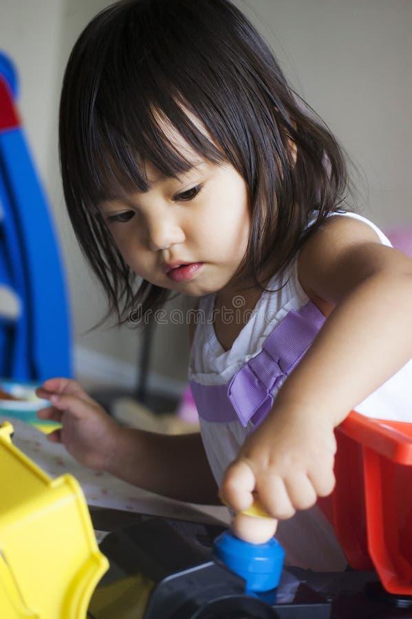La muchacha está jugando los juguetes foto de archivo libre de regalías