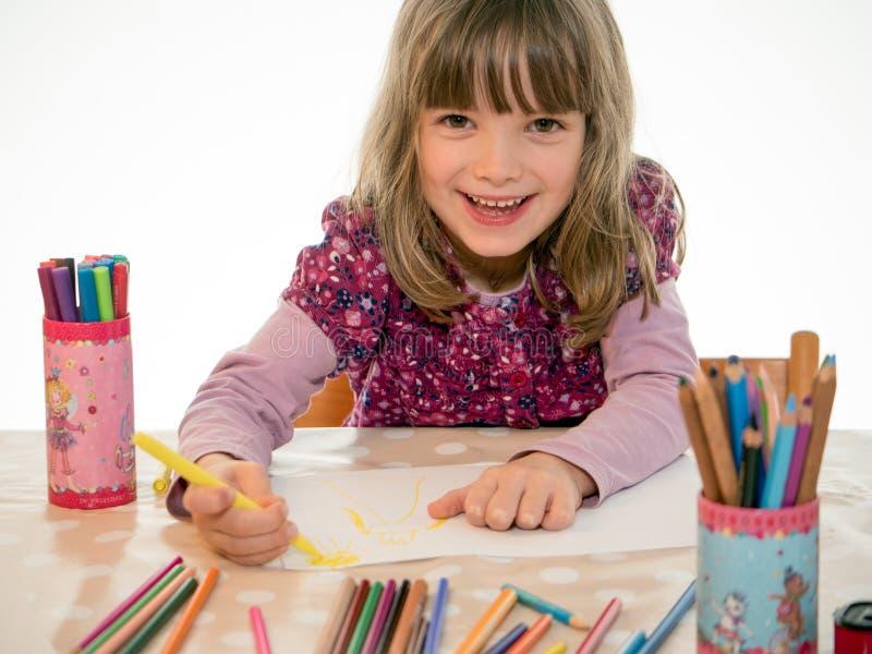 La muchacha está pintando una imagen fotografía de archivo libre de regalías
