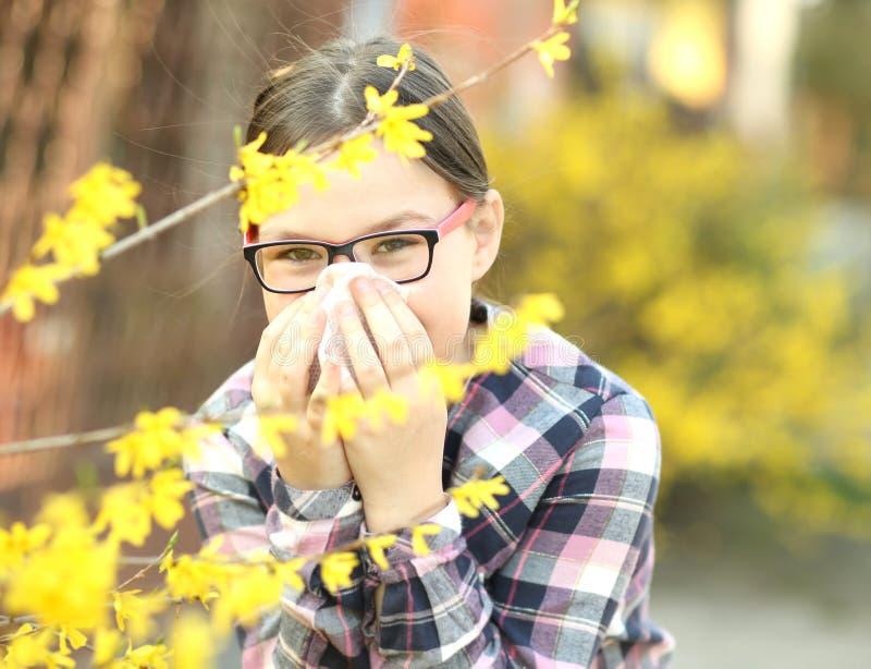 La muchacha está soplando su nariz fotografía de archivo libre de regalías