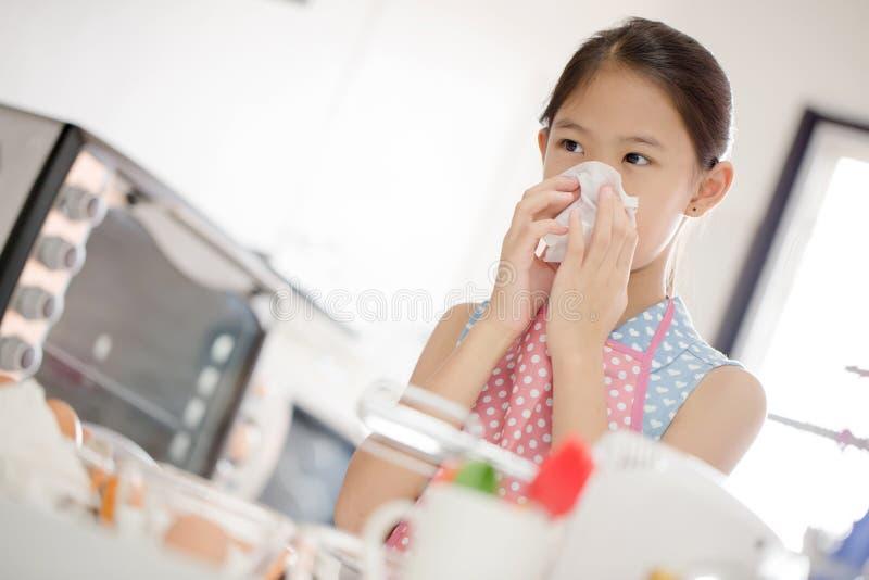 La muchacha está soplando su nariz, alérgica para flour imagen de archivo