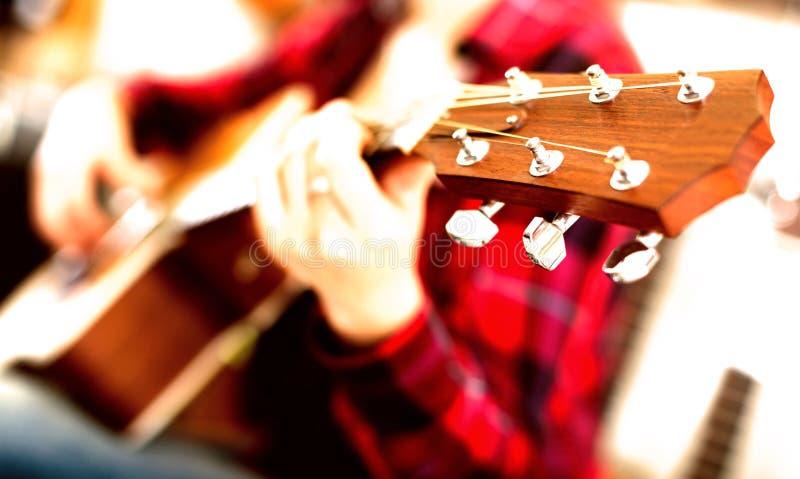 La muchacha est? tocando la guitarra Foco en el jefe de la guitarra imágenes de archivo libres de regalías