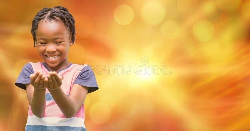 La muchacha feliz con ahuecado entrega el fondo borroso imagenes de archivo
