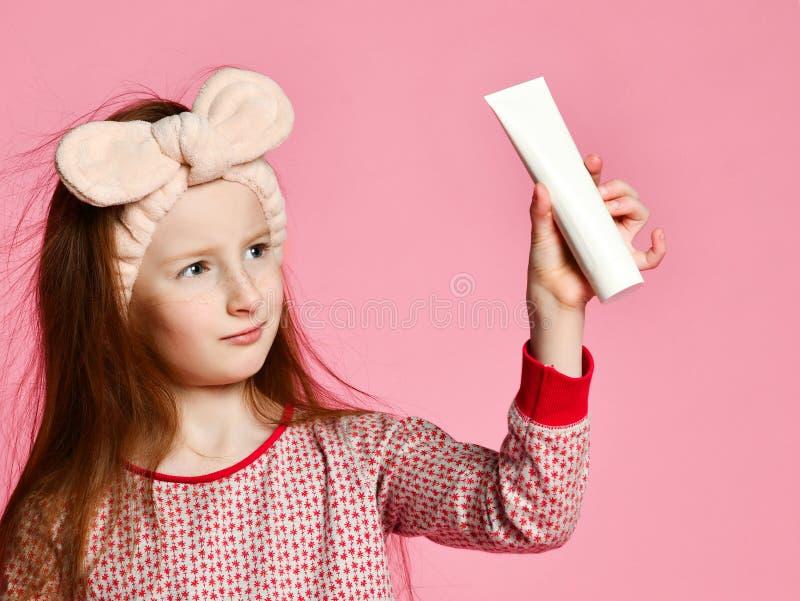 La muchacha feliz del ni?o con el cepillo de dientes cepilla los dientes y las sonrisas fotografía de archivo