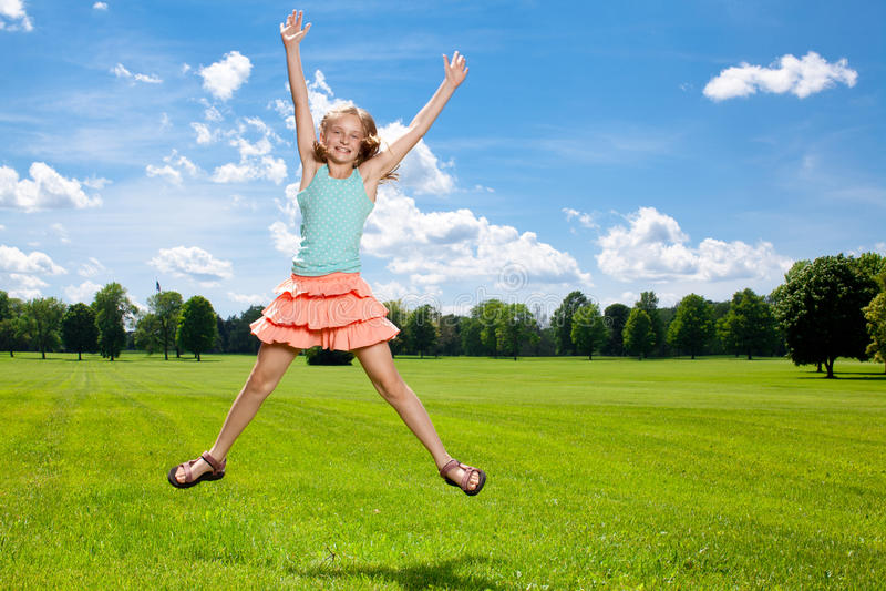 La muchacha feliz disfruta de día de verano caliente afuera. fotografía de archivo libre de regalías