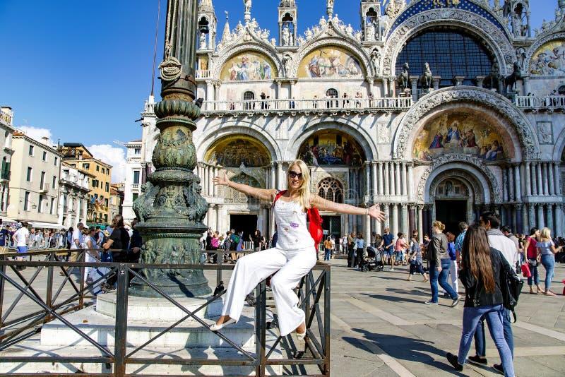 La muchacha feliz hermosa en las marcas del St ajusta en Venecia fotografía de archivo