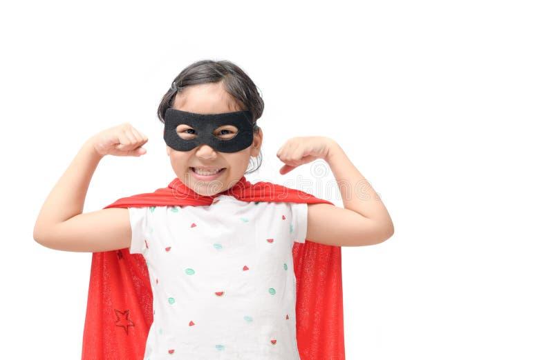 La muchacha feliz juega al super héroe aislado imagen de archivo