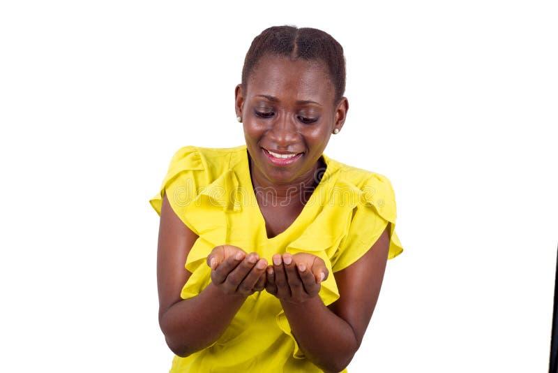 La muchacha feliz muestra un anuncio de la mano imágenes de archivo libres de regalías