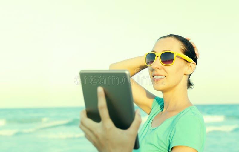 La muchacha fotografía el selfie foto de archivo