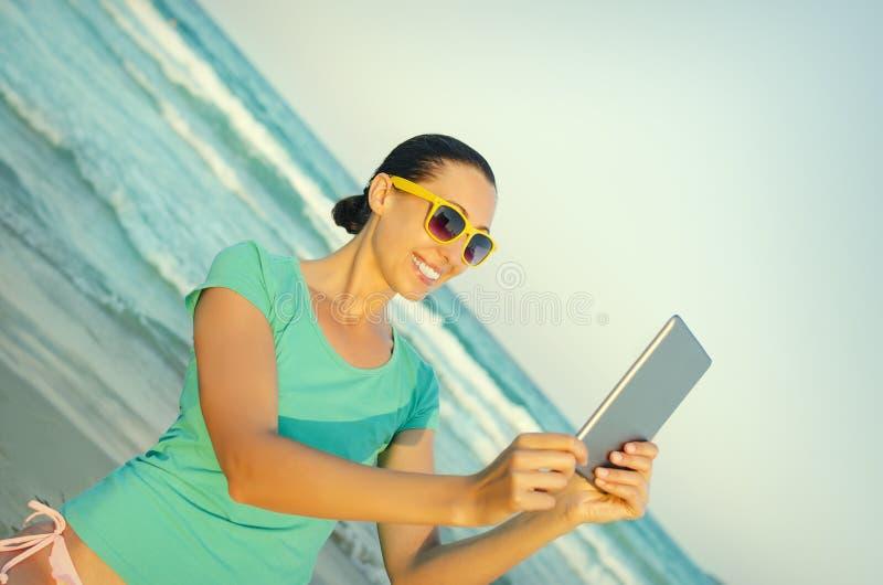 La muchacha fotografía el selfie imagen de archivo
