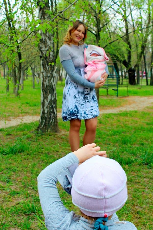 La muchacha fotografía su madre y hermana recién nacida imágenes de archivo libres de regalías