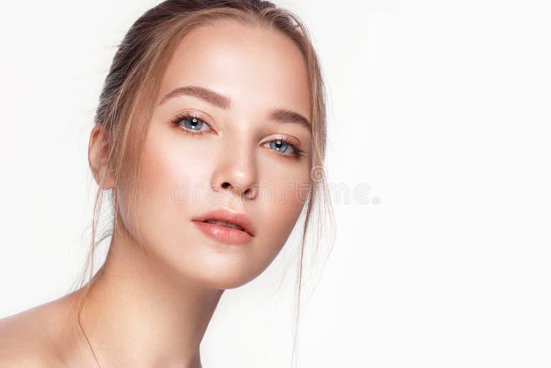La muchacha fresca hermosa con la piel perfecta, natural compone Cara de la belleza fotos de archivo