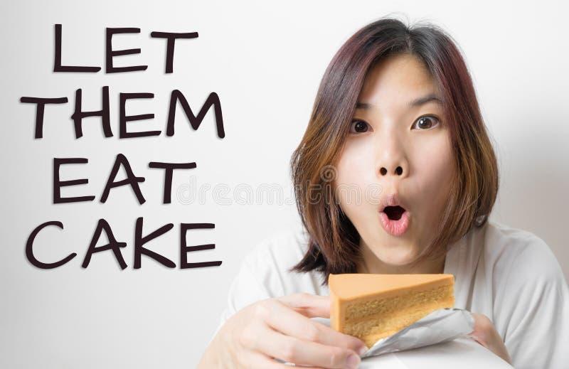 La muchacha goza de la torta, los dejó come la torta fotografía de archivo libre de regalías