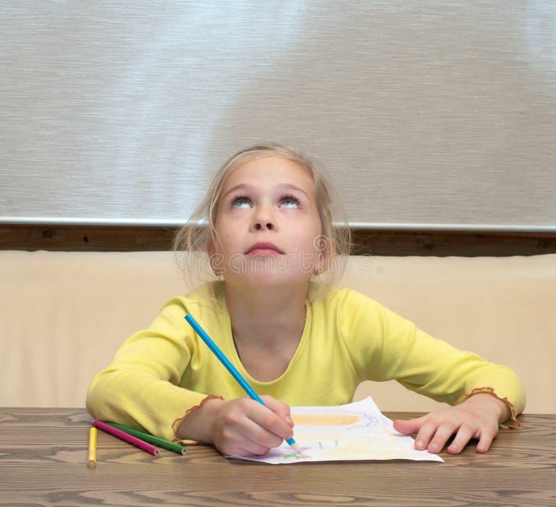 La muchacha ha pensado en el gráfico. imágenes de archivo libres de regalías
